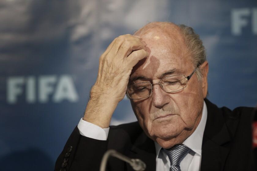 En esta foto de archivo del 19 de diciembre de 2014, el presidente de la FIFA Joseph Blatter participa en una conferencia de prensa en Marrakech, Marruecos. (AP Photo/Christophe Ena, File)