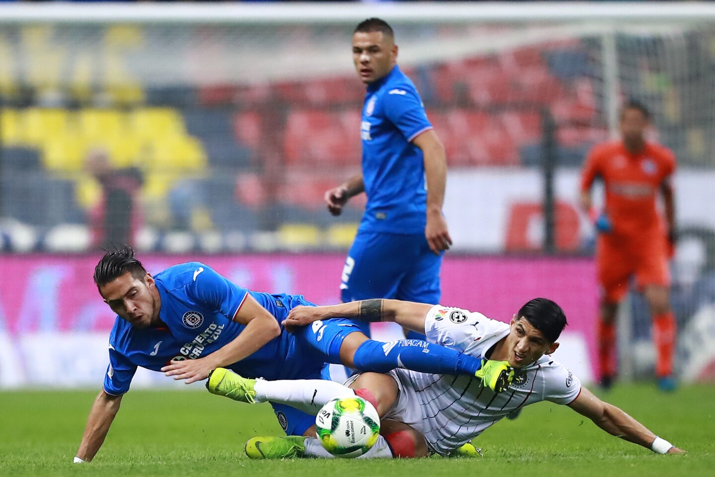 MEXICO CITY, MEXICO - JANUARY 12: Javier Salas #8 of Cruz Azul struggles for the ball with Alan Pulido #9 of Chivas during the 2nd round match between Cruz Azul and Chivas as part of the Torneo Clausura 2019 Liga MX at Azteca on January 12, 2019 in Mexico City, Mexico. (Photo by Hector Vivas/Getty Images) ** OUTS - ELSENT, FPG, CM - OUTS * NM, PH, VA if sourced by CT, LA or MoD **