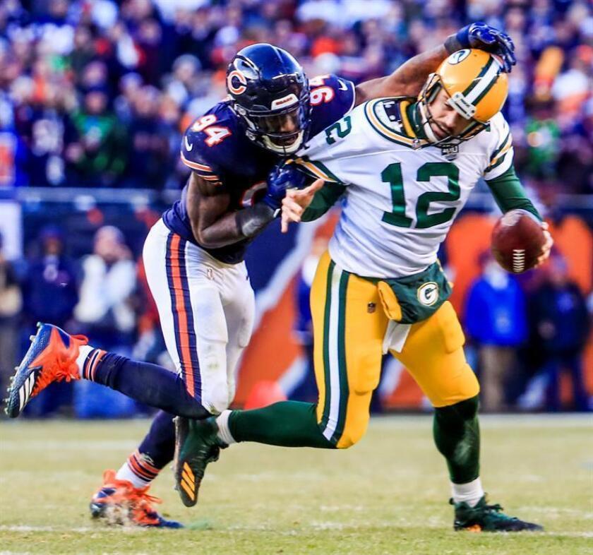 Leonard Floyd (i), de los Chicago Bears, disputa un balón con Aaron Rodgers (d), de Green Bay Packers, durante el partido. EFE