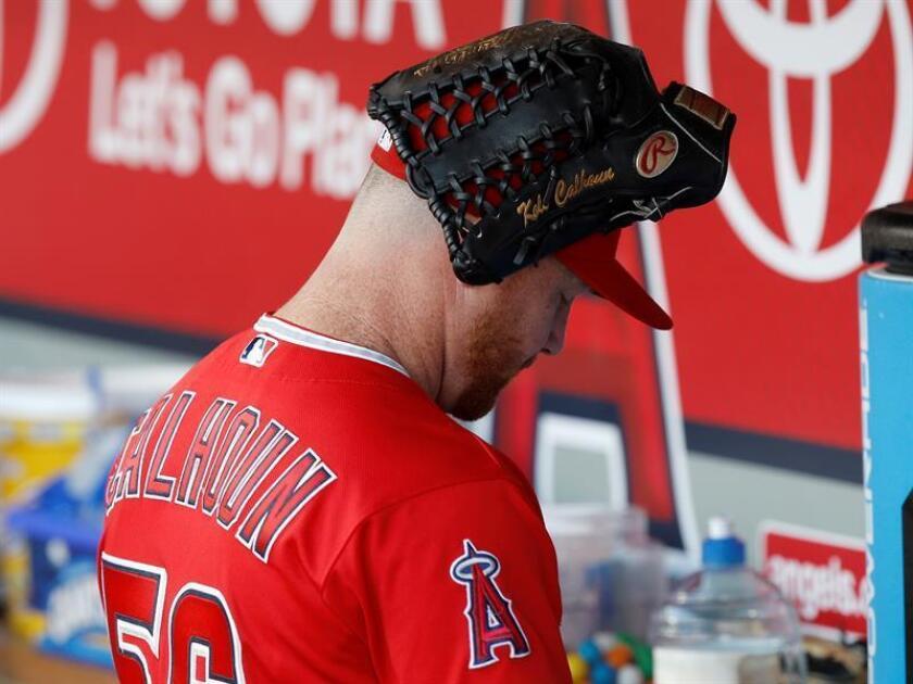 Kole Calhoun de Los Ángeles es visto con su guante en la cabeza. EFE/Archivo