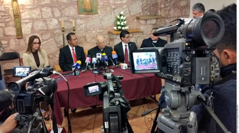 Autoridades mexicanas arrestaron a dos hombres como presuntos autores del asesinato del sacerdote católico José Alfredo López Guillén, informó hoy el fiscal del estado occidental de Michoacán, José Martín Godoy.