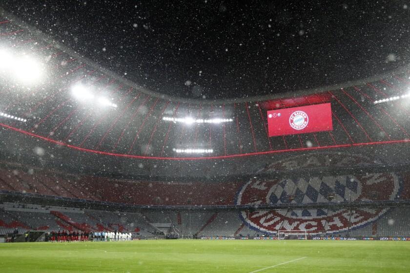 Una nevada se registra en la Allianz Arena antes del partido entre el Bayern Munich y el Paris Saint Germain en los cuartos de final de la Liga de Campeones en Múnich, Alemania, el miércoles 7 de abril de 2021. (AP Foto/Matthias Schrader)