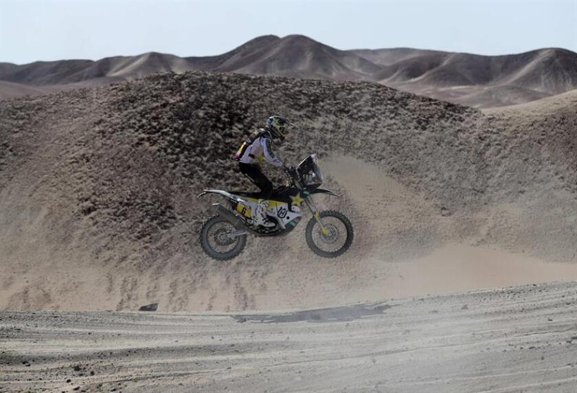 El chileno Pablo Quintanilla conduce su motocicleta Husqvarna hoy, durante la novena etapa del Rally Dakar 2019, en Pisco (Perú). EFE