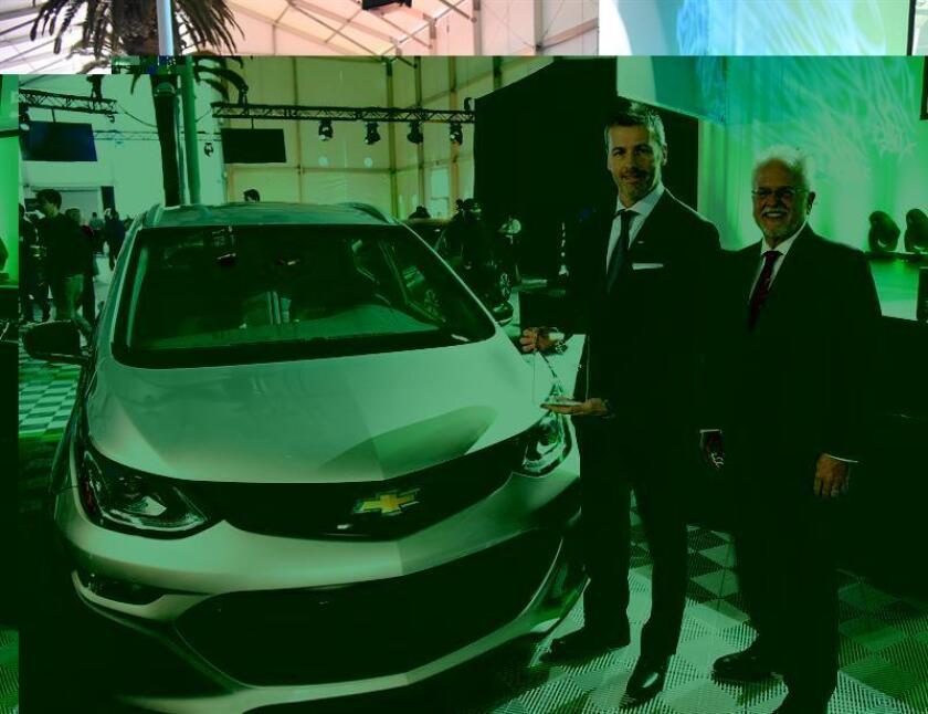 El editor de la revista Green Car Journal Ron Cogan (d) posa con ganador del premio Carro Verde del Año 2017 a Steve Majoros (i) por el Chevrolet Bolt. EFE/Archivo