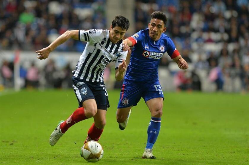 Stefan Medina (i) de Rayados de Monterrey disputa el balón con Ángel Mena (d). EFE/Archivo