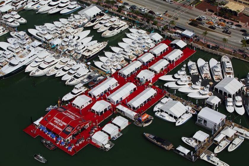 """Fotografía del 2017 cedida por Informa, donde se muestra un vista aérea de la cita Yacht Miami Beach que este año celebra su 30 edición convertida en parada obligada para contemplar deslumbrantes yates boutique y de súper lujo, como el """"Double Down"""", de 65 metros de eslora, casi todos fondeados a lo largo de más de 1,6 kilómetros (1 milla) en el muelle de Collins Avenue, en Miami, Florida (EE.UU.). EFE/Forest Johnson/Informa/SOLO USO EDITORIAL/NO VENTAS/CRÉDITO OBLIGATORIO"""