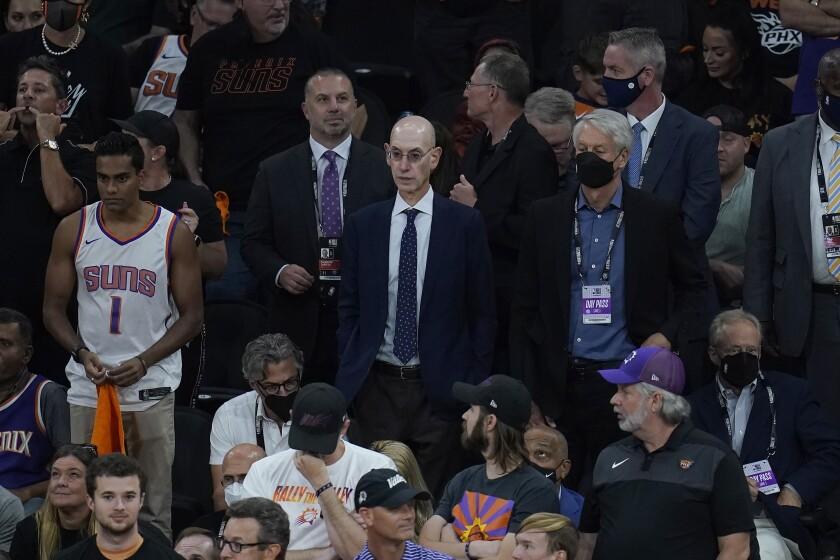 En foto del 17 de julio del 2021, el comisionado de la NBA Adam Silver en el juego 5 de las Finales de la NBA entre los Suns de Phoenix y los Bucks de Milwaukee en Phoenix. El martes 27 de julio del 2021, la junta de gobierno de la NBA aprueba que el mini-torneo esté de regreso la próxima temporada. (AP Photo/Ross D. Franklin)
