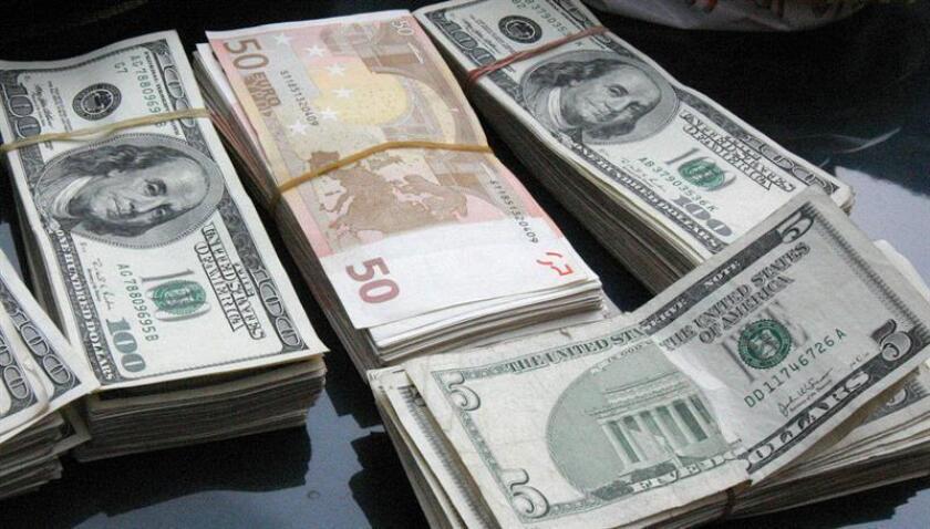 México recibió 21.967 millones de dólares de sus ciudadanos residentes en el extranjero en los primeros ocho meses del año, un aumento de 11,07 % respecto al mismo periodo de 2017, informó hoy el banco central. EFE/Archivo