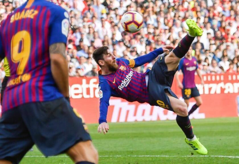 El delantero del FC Barcelona Lionel Messi marca el empate ante el Sevilla en el Ramón Sánchez Pizjuán, Sevilla. EFE