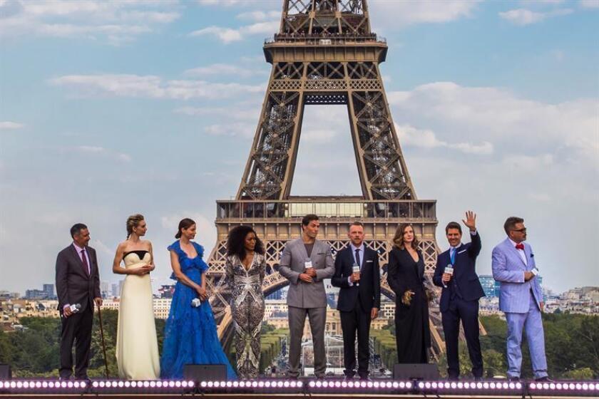 El actor estadounidense Tom Cruise (4-d) posa con Jake Myers (i), Henry Cavill (c), Vanessa Kirby (2-i), Michelle Monaghan (3-i), Angela Basset (4-i), Simón Pegg (4-d), Rebecca Ferguson (3-d), y el director Christopher McQuarrie (d) en la torre Effiel durante el estreno global de Misión Imposible Repercusión, el jueves 12 de julio de 2018, en París (Francia). EFE/Archivo