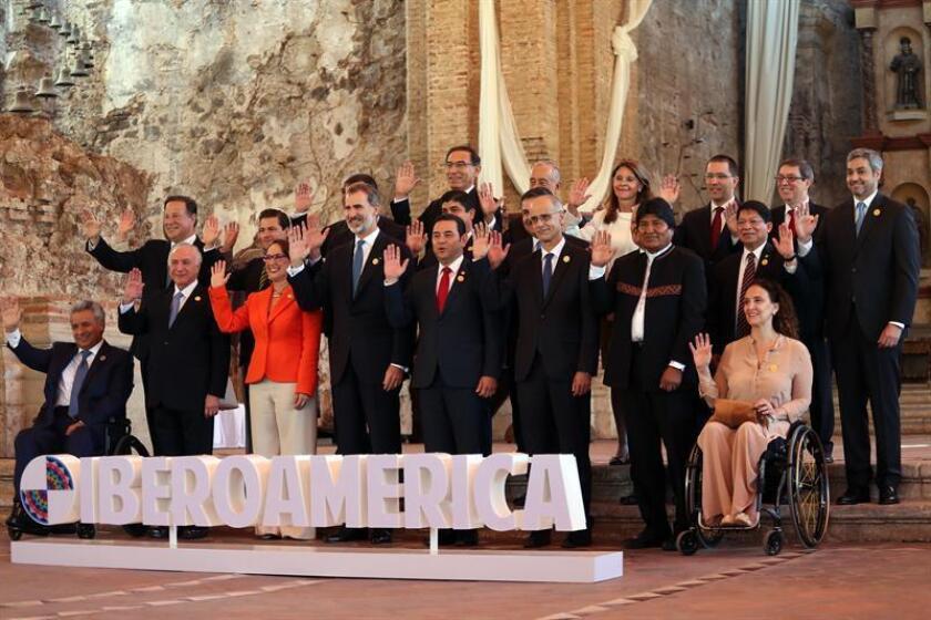 Participantes posan para las fotos oficiales de la sesión plenaria de jefes de estado en la XXVI Cumbre Iberoamericana, hoy, en Antigua, Guatemala. EFE