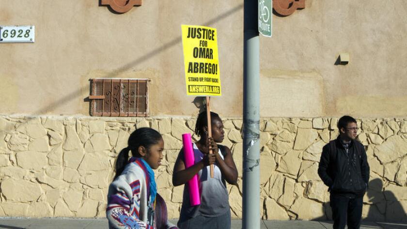Lawrencia Colding (centro) protesta sobre la 65th Street y Broadway en el sur de Los Ángeles, el 3 de enero, por la muerte de Omar Abrego, quien murió horas después de ser arrestado por la policía el año pasado. ()