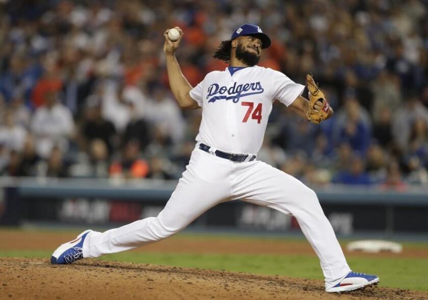 El jugador Kenley Jansen de los Dodgers de Los Angeles lanza una bola durante un partido. EFE/Archivo
