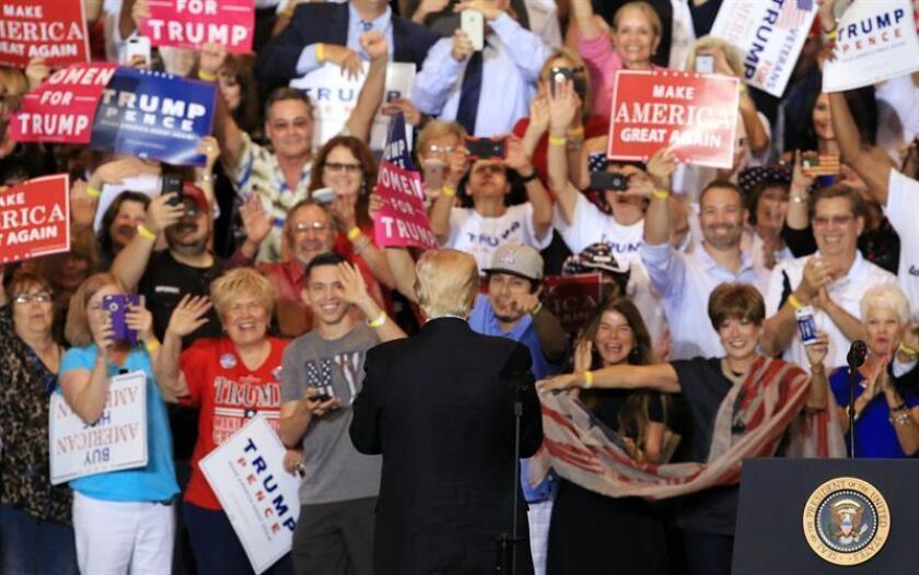 El presidente de los Estados Unidos, Donald J. Trump (C), saluda a seguidores en el Centro de Convenciones de Phoenix durante un evento en Phoenix, Arizona, Estados Unidos. EFE/Archivo