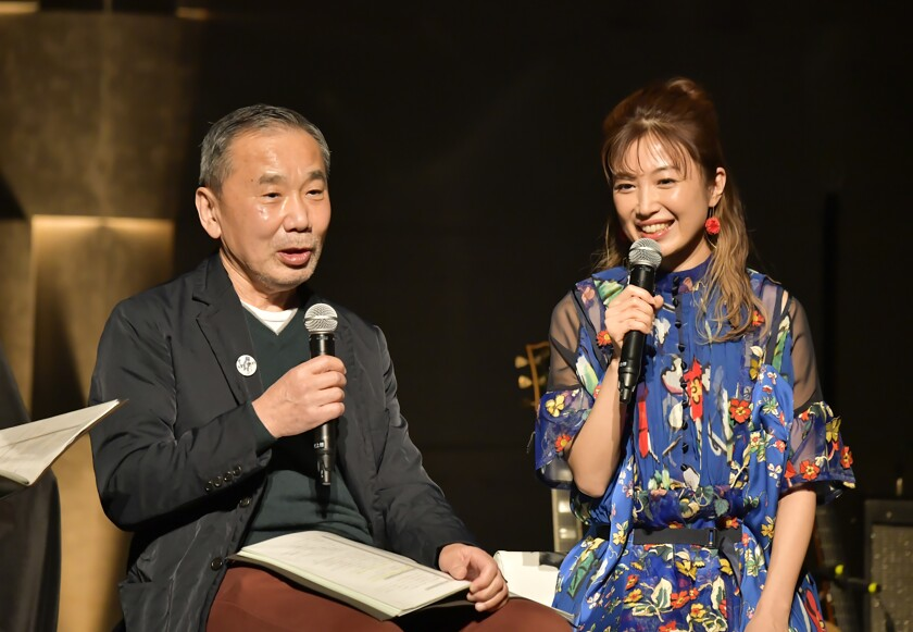 El autor japonés Haruki Murakami conversa con la guitarrista Kaori Muraji