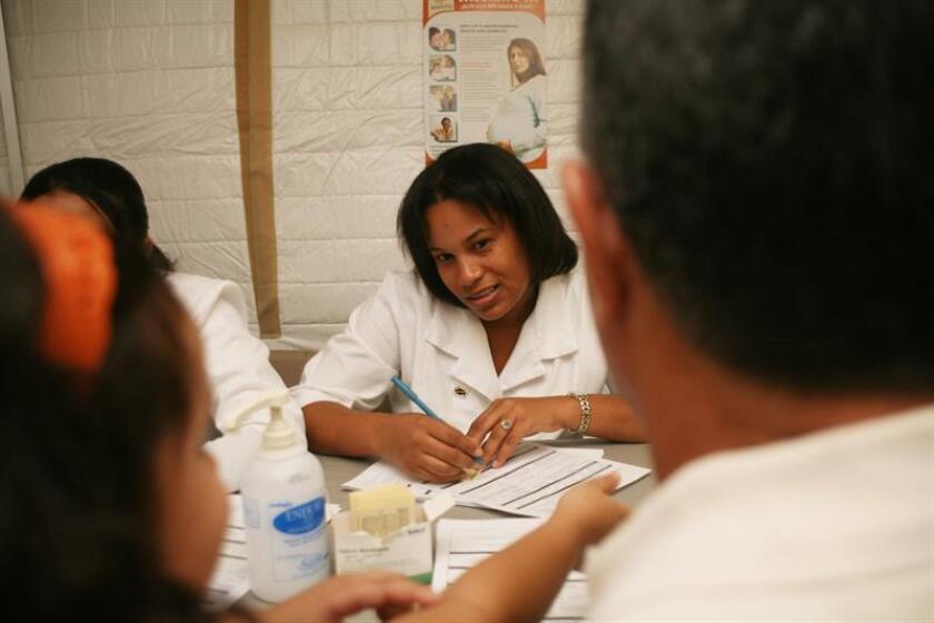 Personal sanitario toma nota del historial médico un paciente en un hospital de San Juan, Puerto Rico. EFE/Archivo