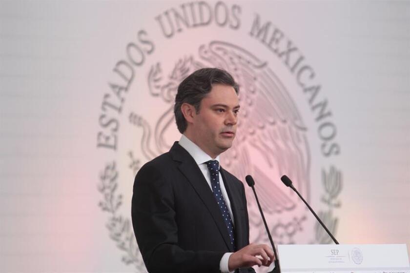 El secretario de Educación de México, Aurelio Nuño, anunció hoy una nueva normativa que rebajará la burocracia a la que se enfrentan los mexicanos que retornan a su país desde EE.UU. para convalidar los estudios tomados allí, en medio de las amenazas de deportación del presidente Donald Trump. EFE/ARCHIVO