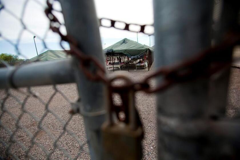 Vista de varios inmigrantes irregulares que pasan las horas en una instalación habilitada en la cárcel del condado de Maricopa. EFE/Archivo