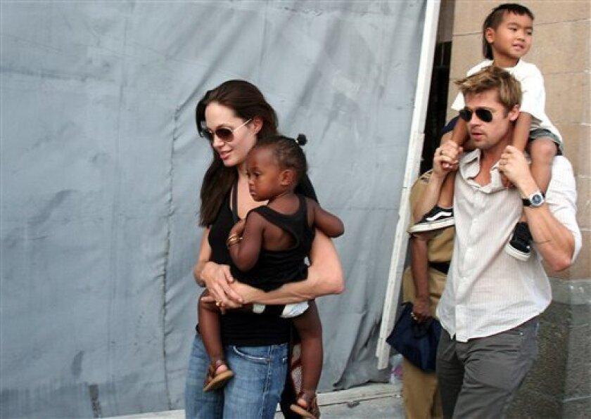 En esta foto del 12 de noviembre del 2006, Angelina Jolie, con su hija Zahara en brazos, y Brad Pitt, con el hijo de Jolie Maddox, en Mumbai, India. Angelina Jolie Pitt presentó una solicitud de divorcio de Brad Pitt, poniendo fin a uno de los romances más estelares y seguidos del mundo. Angelina Jolie encarnará a una comandante de la Fuerza Aérea en su próxima película, una noticia que se produce justo el día en que ha trascendido el acuerdo temporal al que ha llegado con su marido, Brad Pitt, sobre la custodia de sus seis hijos.