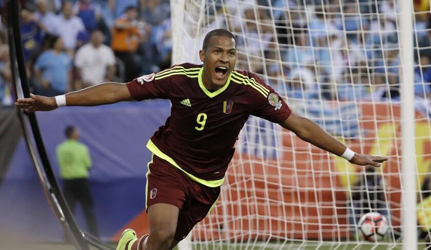 El jugador de Venezuela, JosÈ SalomÛn RondÛn, festeja un gol contra Uruguay en la Copa AmÈrica Centenario el jueves, 9 de junio de 2016, en Filadelfia. (AP Photo/Matt Slocum)