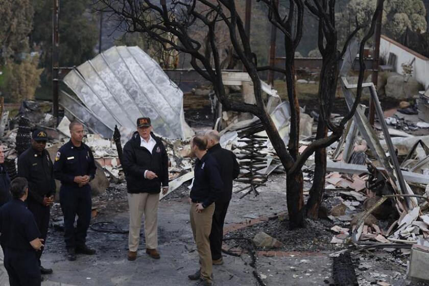 """Trump recorrió parte del área quemada por el incendio conocido como """"Camp Fire"""", que arde en el norte de California, junto al gobernador del estado, el demócrata Jerry Brown, y su futuro sucesor, el también progresista Gavin Newsom; y la alcaldesa de Paradise, una población de 26.000 habitantes que fue completamente engullida por las llamas, Jody Jones. EFE"""
