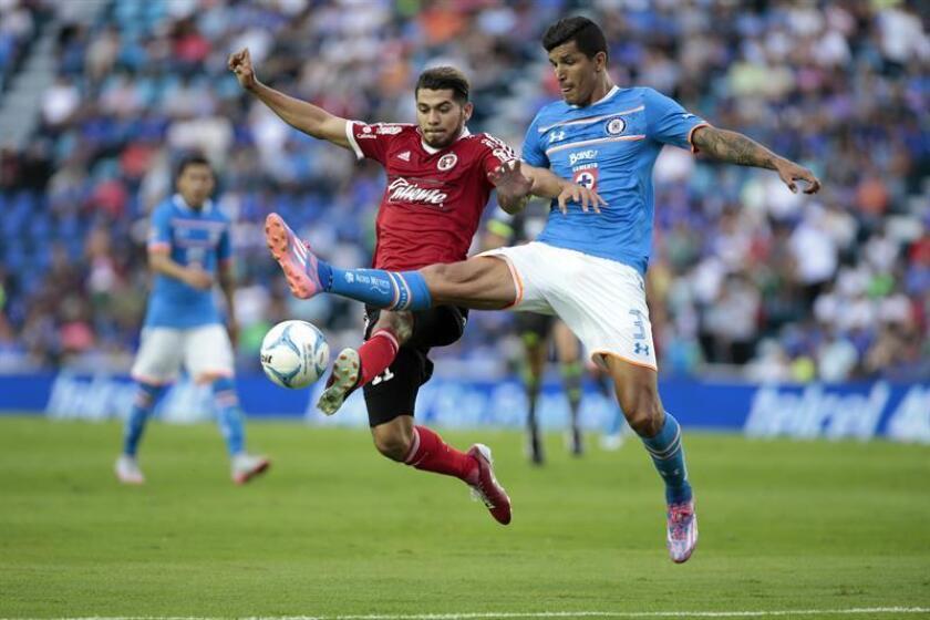 El jugador de Cruz Azul Francisco Rodríguez (d) disputa el balón con Henry Martín (i) de Tijuana. EFE/Archivo