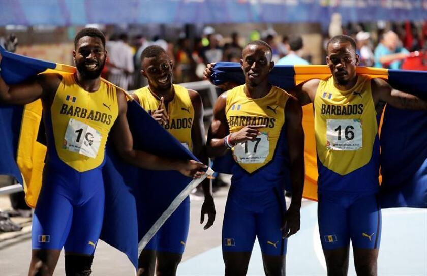 El cuarteto masculino de Barbados de la prueba de los 4x100 metros fue registrado este jueves al posar luego de ganar la medalla de oro de esta prueba de los XXIII Juegos Centroamericanos y del Caribe 2018, en Barranquilla (Colombia). EFE