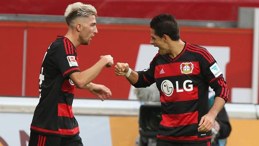 'Chicharito' Hernández (d) celebra su anotación con el Bayer Leverkusen.