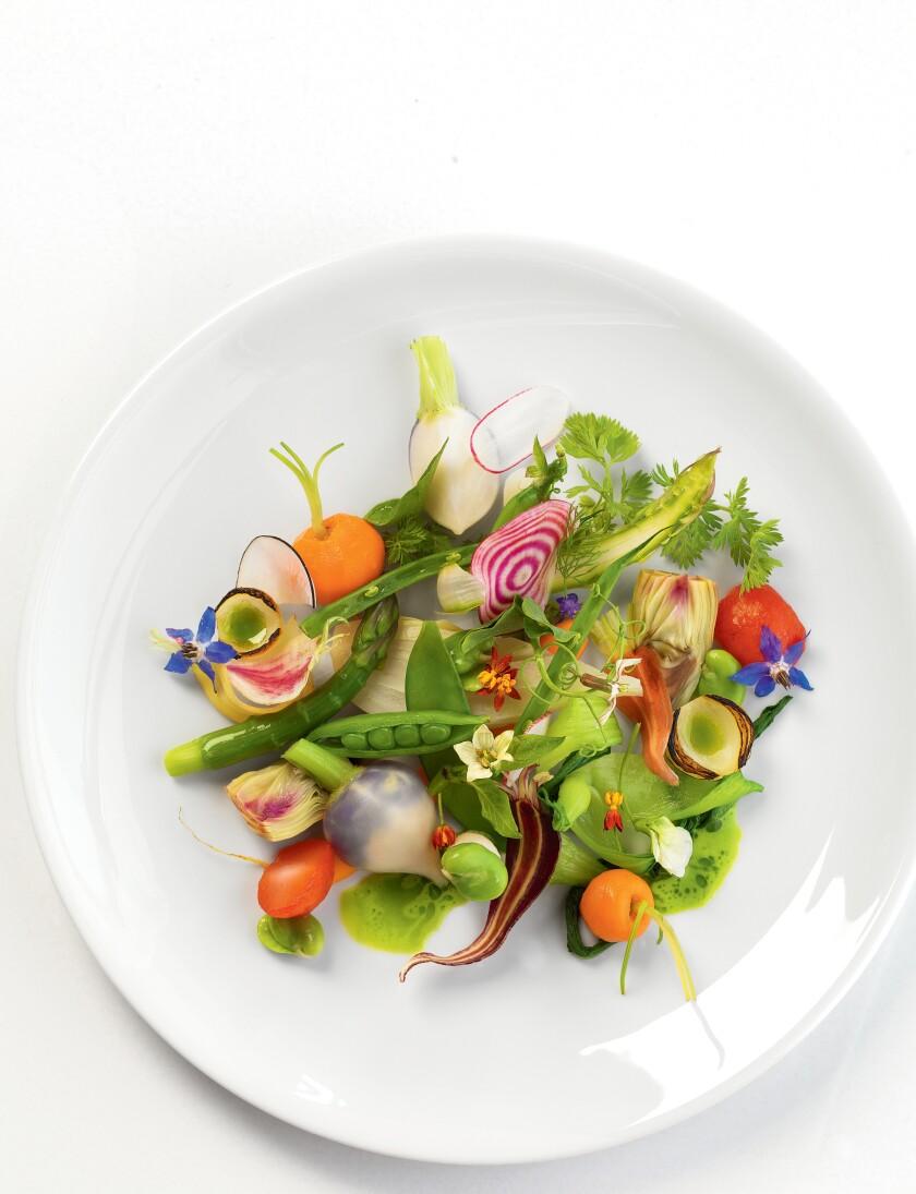 L'approche moderne de la cuisine française classique du chef Tony Esno est présentée dans son élégant menu Knife Pleat.