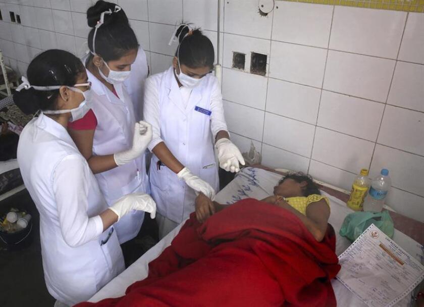 Un grupo de enfermeras trata a un paciente en observación por un posible brote de enfermedades transmitidas por los mosquitos en el hospital Lok Nayak Jai Prakash Narayan en Nueva Delhi, India. El gobierno ha puesto en marcha una iniciativa para fumigar las áreas residenciales de Nueva Delhi e intentar acabar con los mosquitos que transmiten enfermedades como el dengue, la malaria o el Chikungunya. EFE/Archivo