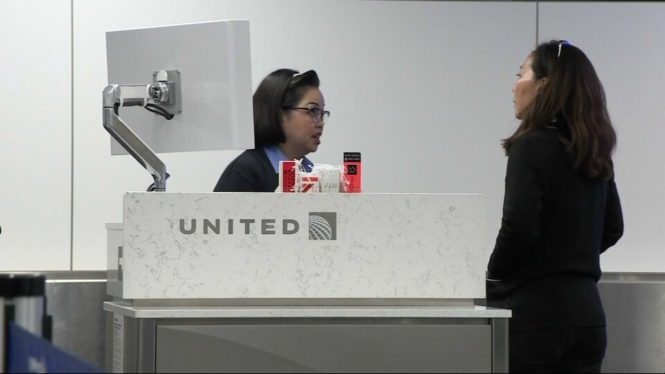 Two teenagers in leggings land United Airlines in tights spot