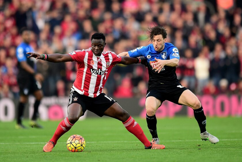 Southampton's Victor Wanyama, left, and AFC Bournemouth's Harry Arter battle for the ball during their English Premier League soccer match at St Mary's, Southampton, England, Sunday, Nov. 1, 2015. (Adam Davy/PA via AP)      UNITED KINGDOM OUT     -     NO SALES      -    NO ARCHIVES