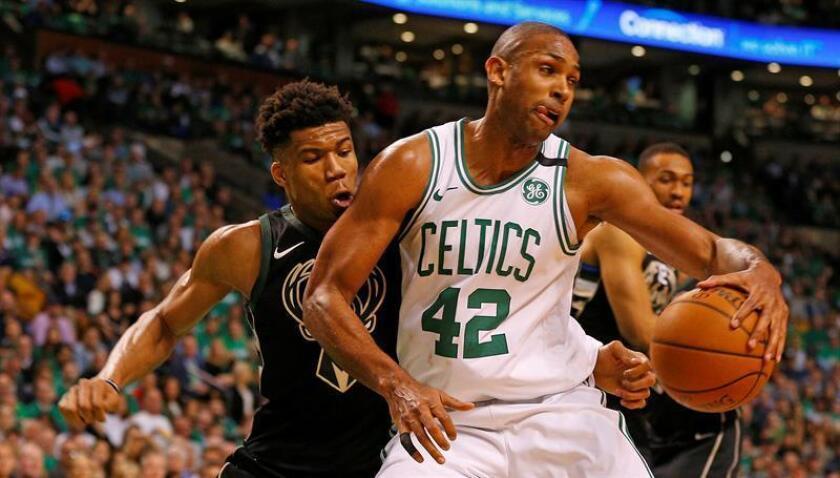 Al Horford (d) de los Celtics de Boston en acción durante un partido de las eliminatorias de la Conferencia Este entre los Celtics de Boston y los Bucks de Milwaukee hoy, martes 24 de abril de 2018, en el TD Garden de Boston, Massachusetts (EE.UU.). EFE