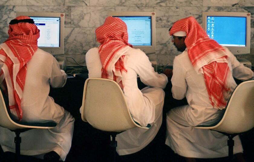 ARCHIVO - En esta imagen de archivo, hombres saudíes hablan y navegan por internet en un hotel de Riad, la capital de Arabia Saudí. (AP Foto/Kamran Jebreili, Archivo)
