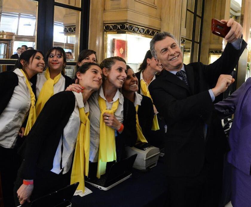 El presidente de Argentina, Mauricio Macri, y su esposa, Juliana Awada, asistieron hoy en Buenos Aires a la cena anual de la Fundación Margarita Barrientos, que gestiona desde hace dos décadas un comedor comunitario en el que a diario se alimentan, actualmente y sin coste, más de 2.000 personas.