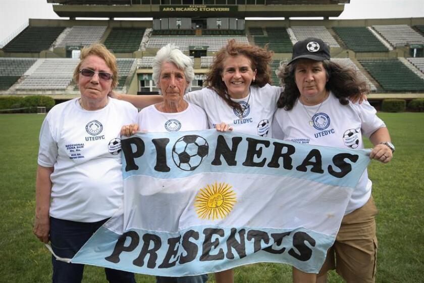 """Gloria """"Betty"""" Garcia (i), Elba Selva (2i), Lucila Sandoval (2d) y Monica Santino (d), pioneras del fútbol femenino en Argentina, posan durante una entrevista con Efe el pasado 9 de enero de 2019, en el estadio de Ferrocarril Oeste, en Buenos Aires (Argentina). EFE"""