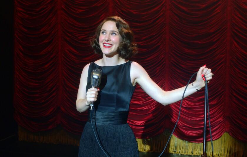 """En esta imagen difundida por Amazon Studios, Rachel Brosnahan en una escena de """"The Marvelous Mrs. Maisel""""."""