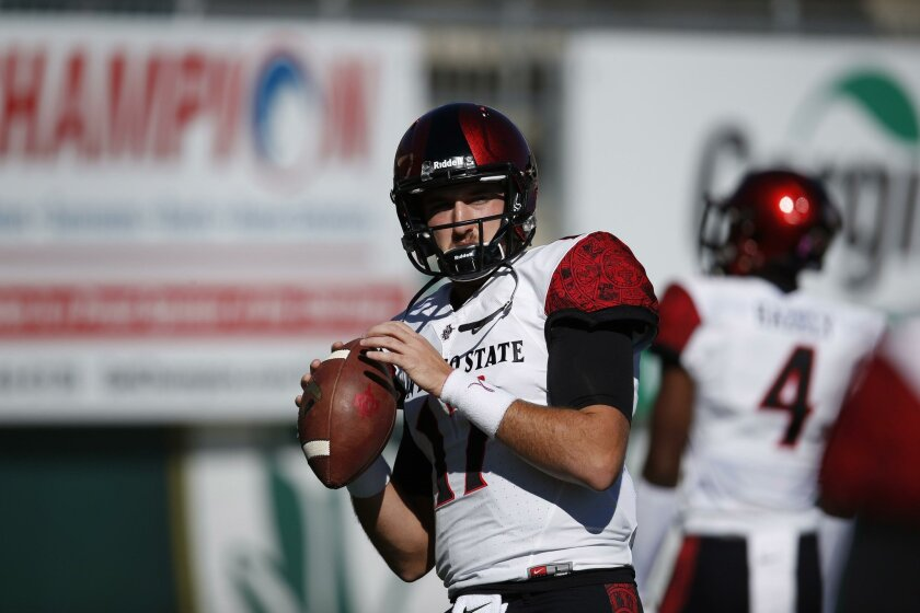 San Diego State Aztecs quarterback Maxwell Smith is putting off surgery for a torn ACL in an effort to play in the Hawaii Bowl.