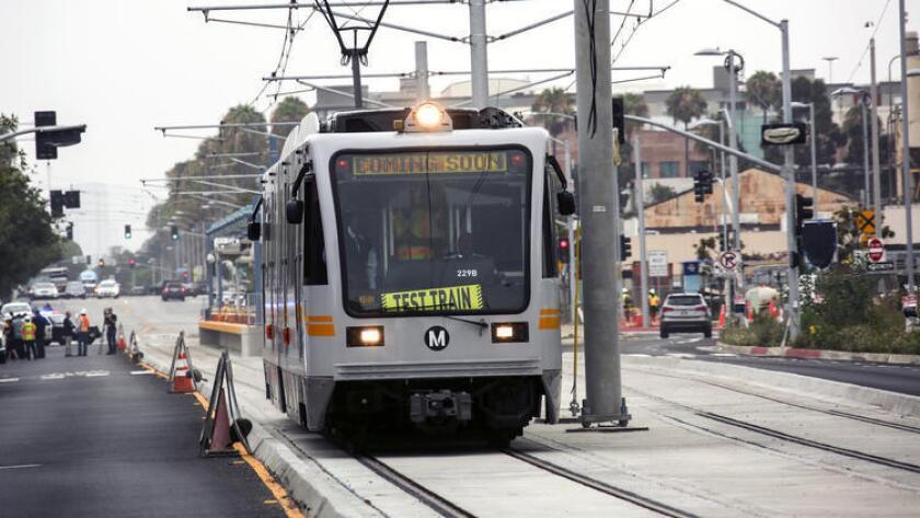 La Línea Expo de Metro comenzará su servicio a Santa Mónica el 20 de mayo próximo, se informó ayer. En la imagen, un tren de prueba se desplaza por las vías en Santa Mónica el verano pasado ).