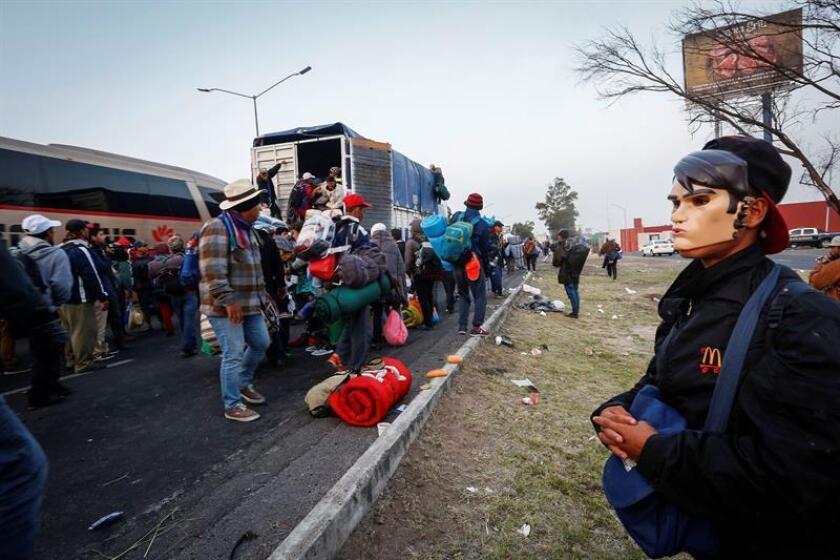Miembros de la caravana de migrantes centroamericanos continúan su marcha hacia Estados Unidos hoy, lunes 12 de noviembre de 2018, desde la ciudad de Irapuato, estado de Guanajuato (México). EFE