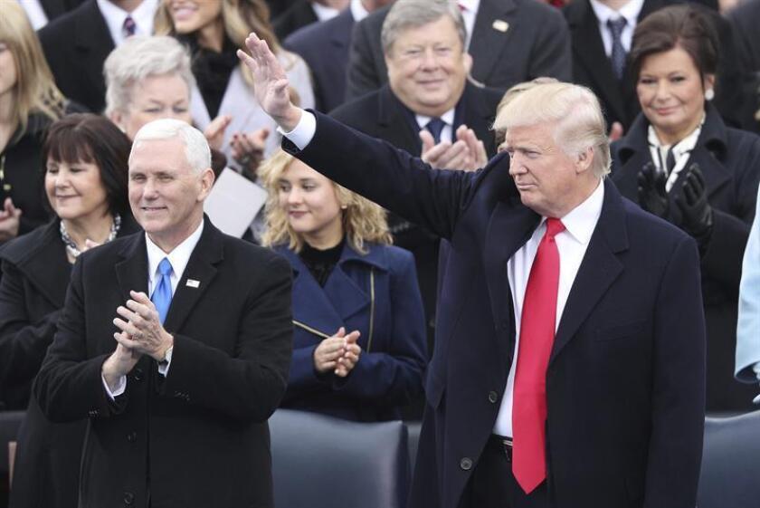 El presidente electo, Donald Trump (d), junto a su vicepresidente, Mike Pence, a su llegada al Capitolio para ser investido como el 45º presidente de los Estados Unidos en Washington DC (EE.UU.) hoy, 20 de enero de 2017. EFE
