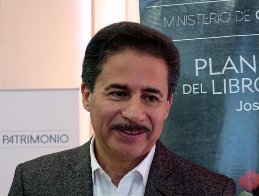 Fotografía fechada el 29 de octubre de 2018 que muestra al escritor Edgar Allan García mientras habla en entrevista con Efe, durante la presentación de la Feria del Libro de Quito (Ecuador). EFE