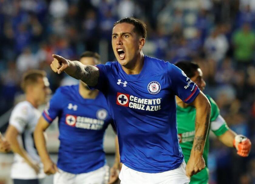 El jugador Enzo Roco de Cruz Azul festeja una anotación en el estadio Azul en Ciudad de México (México). EFE/Archivo
