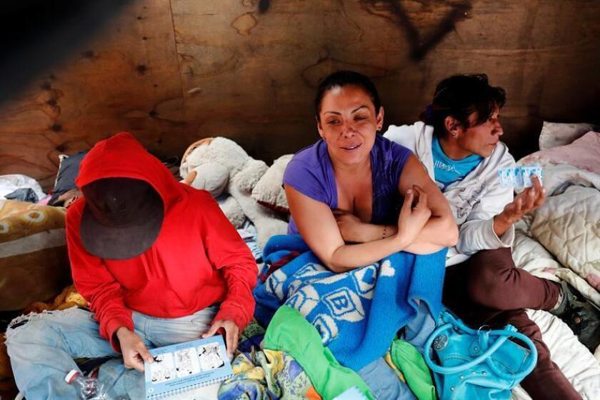 Fotografía del 18 de septiembre de 2017, que muestra a Michelle (c) y Marcela (d) durante una entrevista con Efe en el sitio donde pernoctan en una calle de Ciudad de México (México). EFE/Archivo
