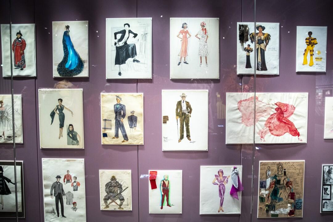 Dibujos de diseño de moda colgados en la pared.