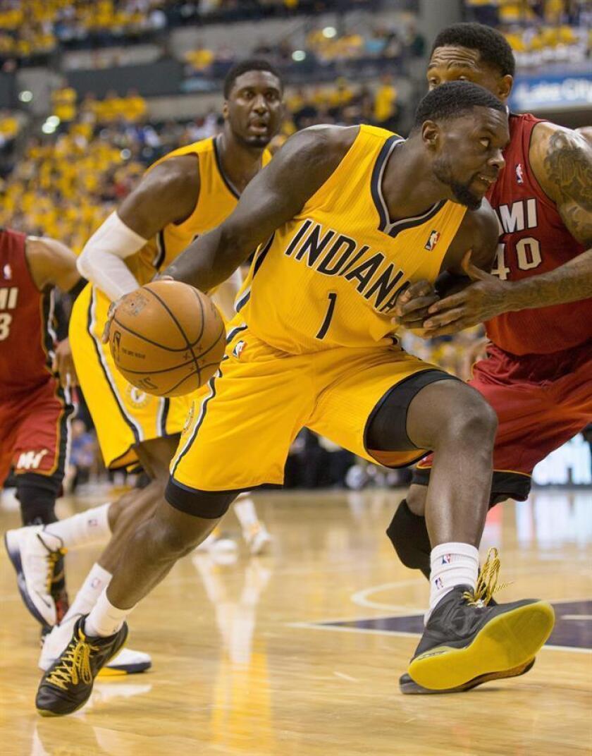 Lance Stephenson (i) consiguió doble-doble de 16 puntos y 11 rebotes y los Pacers de Indiana tuvieron que remontar una desventaja de 22 puntos en la primera mitad del partido para vencer 97-95 a los Cavaliers de Cleveland. EFE/Archivo