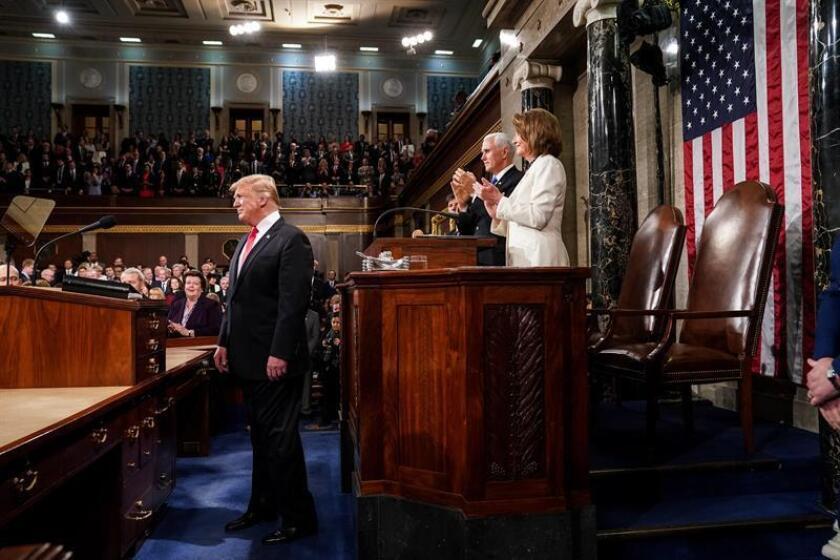 El presidente de los Estados Unidos, Donald J. Trump (i), pronuncia este martes su segundo discurso sobre el Estado de la Unión, frente al vicepresidente, Mike Pence (2-d), y la presidenta de la Cámara de Representantes, Nancy Pelosi (d), en el Capitolio en Washington, DC (EE. UU.). EFE