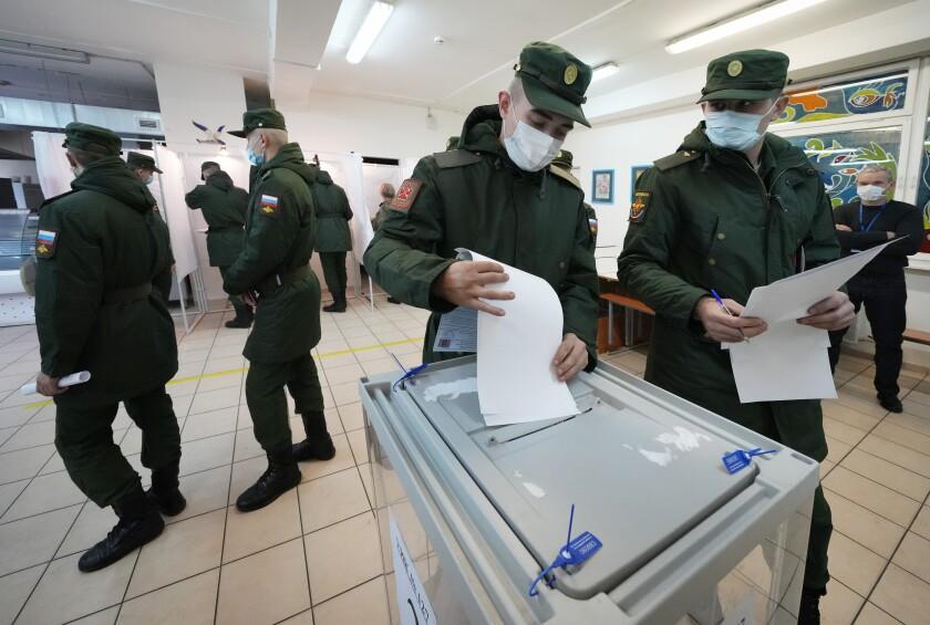 Soldados rusos depositan sus boletas en la elecciones a la Duma, la cámara baja del parlamento de Rusia
