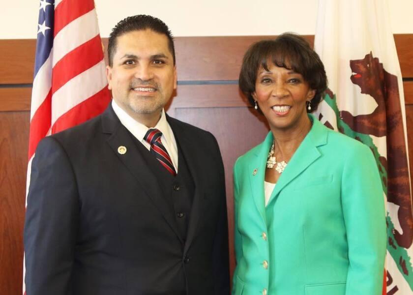Efraín Matthew Aceves, candidato para ser juez de la Corte Superior del Condado de Los Ángeles, aparece con la fiscal del Condado de L.A., Jackie Lacey, quien apoya su candidatura.