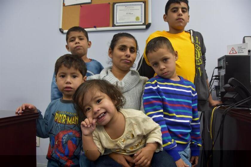 La hondureña Carla Boquín (c) posa posa con sus hijos, mientras tramita asilo en Estados Unidos, a través de organización El Rescate, por pertenecer a familia víctima de grupos delincuenciales en Honduras hoy, domingo 18 de diciembre de 2016, en Los Ángeles (Estados Unidos). EFE